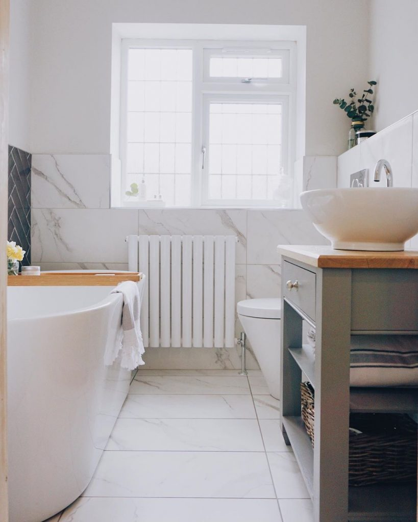 Image of the small bathroom of @meet_the_taylors