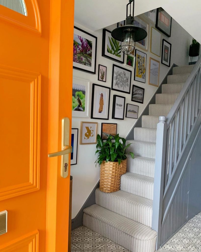 Image of the hallway of @mo.and.the.jungle.shelf