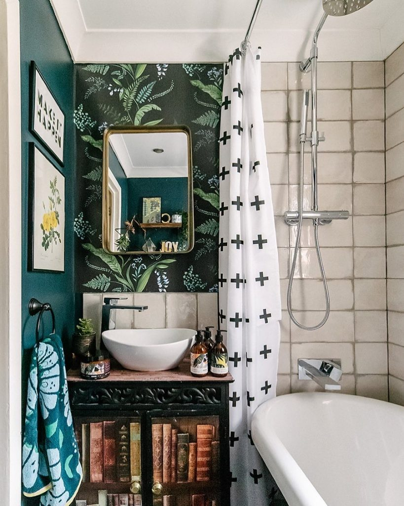 Image of the bathroom of @layered.home