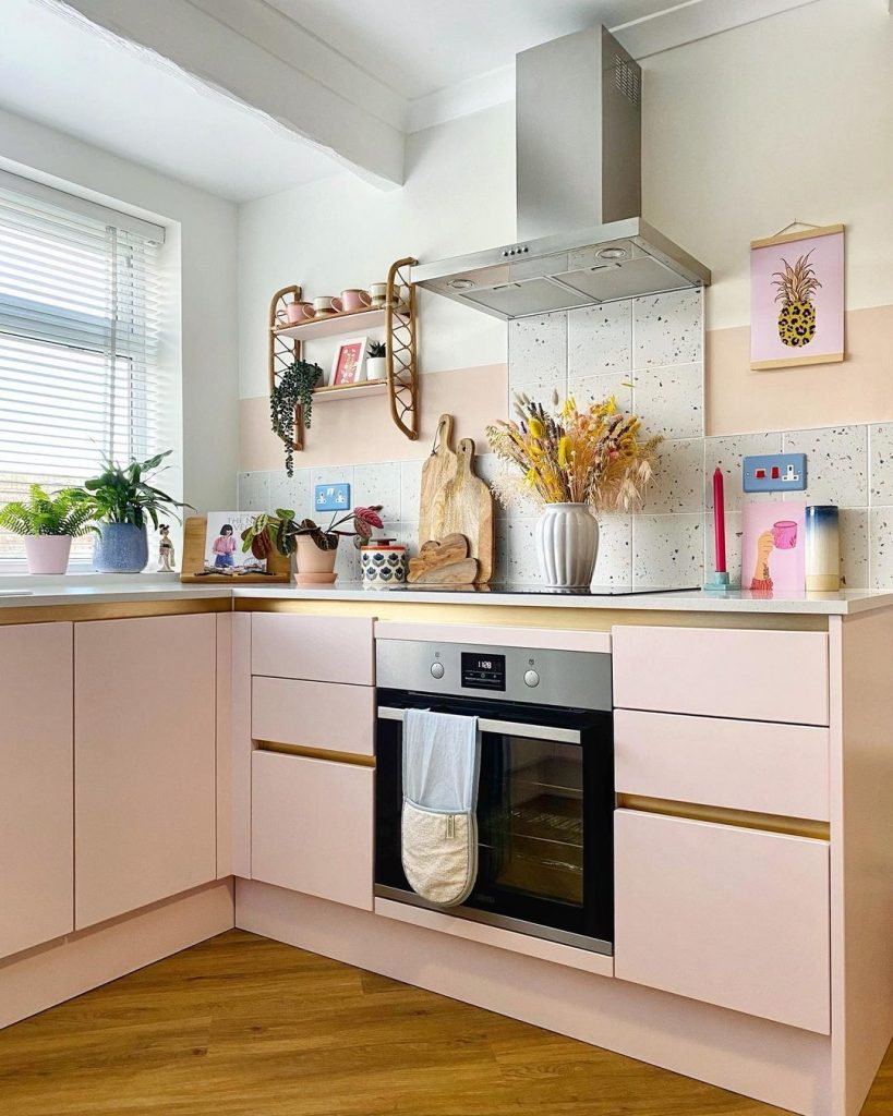 Image of the pink kitchen belonging to @homewithhelenandco