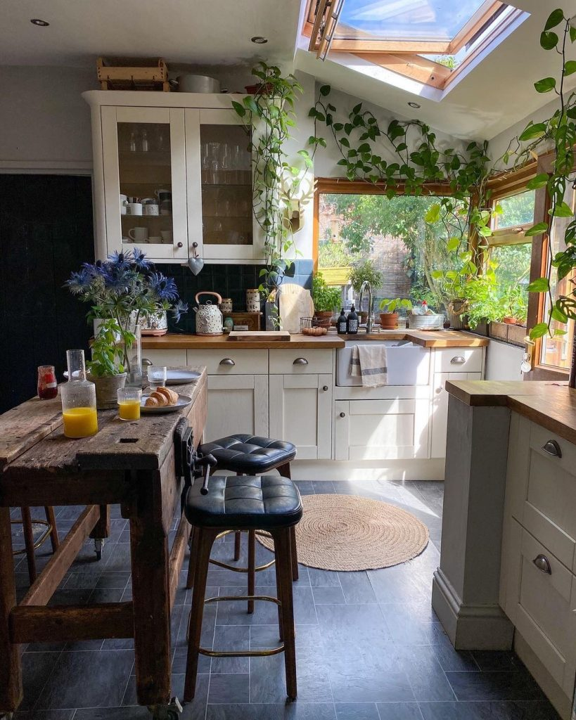Image of the kitchen renovation by @kerrylockwood