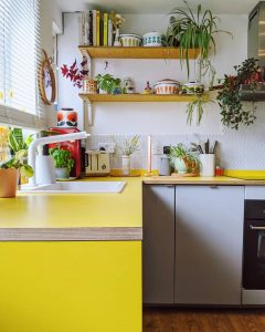 Image of laminate worktops in the kitchen of @renovatingthepinkhouse