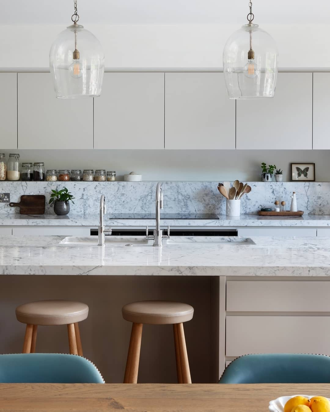 Image of marble natural stone worktops in a kitchen by @deroseesa