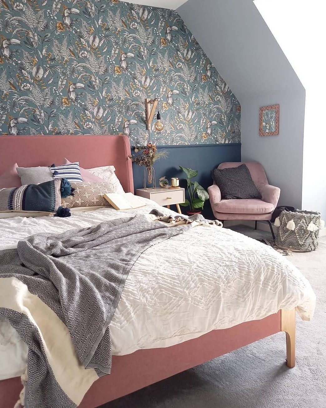Image of the bed and mattress of @thehousewiththepinkbed