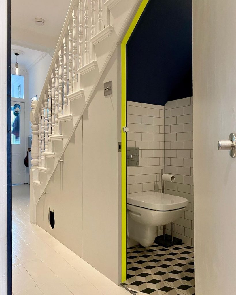 Image of the understairs in the home of @modernmidterrace